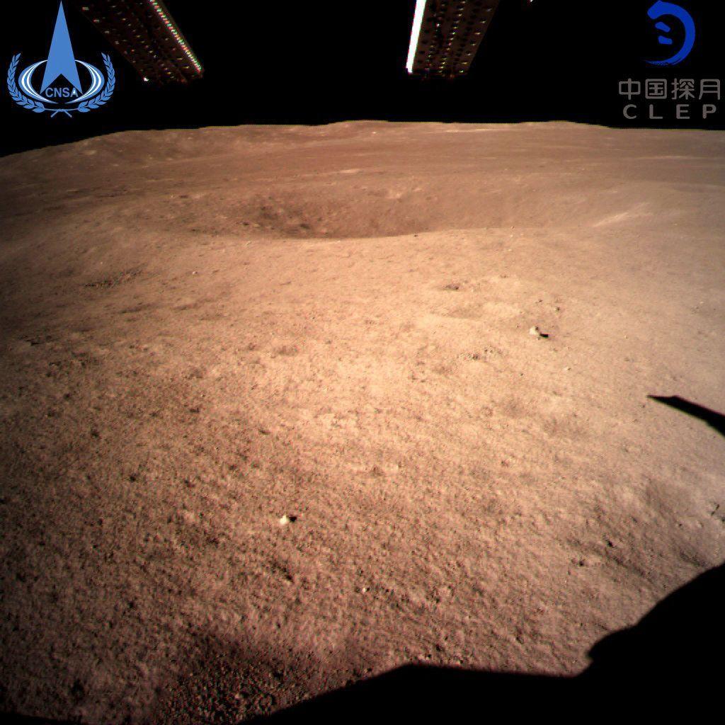 Esta imagen, distribuida el 3 de enero de 2019 por la agencia espacial china a través de la agencia de noticias Xinhua, es la primera de la cara oculta de la Luna tomada por la sonda china Chang'e-4. Foto: Agencia espacial de China / Agencia de Noticias Xinhua vía AP.