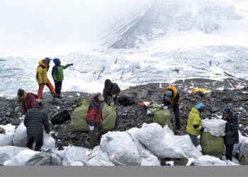 En esta imagen de archivo, tomada el 8 de mayo de 2017 y distribuida por la agencia oficial de noticias de China, Xinhua, un grupo de personas recoge basura en la ladera norte del Monte Qomolangma (el nombre en tibetano para el Everest), en la región autónoma china de Tibet. Foto: Awang Zhaxi / Xinhua vía AP.