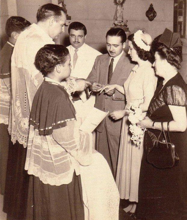 Foto de la boda: Sacerdote Ángel Gaztelu, Sergio García-Marruz (hermano de Bella), Eliseo, Bella y Berta, la madre de Eliseo. El padre de Bella había muerto en 1947 y por eso la ceremonia fue muy sencilla.