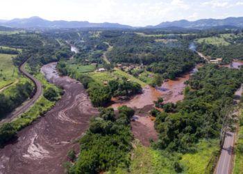 Una toma aérea muestra las inundaciones provocadas por el colapso de una presa de relaves con mineral de hierro cerca de Brumandinho, Brasil, el viernes 25 de enero de 2019. Foto: Bruno Correia/Nitro vía AP.