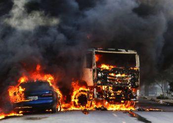 Un par de vehículos arden en la calle tras ser quemados en la ciudad de Fortaleza, en el noreste de Brasil, el jueves 3 de enero de 2019. Foto: Alex Gomes/O Povo.