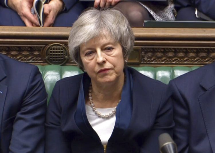 En este fotograma, la primera ministra británica Theresa May escucha mientras habla el líder laborista Jeremy Corbyn tras la votación parlamentaria del acuerdo del Brexit, en la Cámara de los Comunes, en Londres, el martes 15 de enero de 2019. Cámara de los Comunes / PA vía AP.