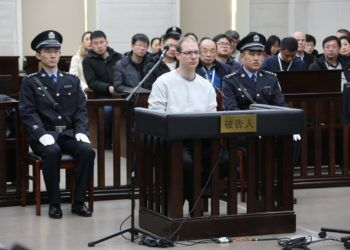 Juicio contra el canadiense Robert Lloyd Schellenberg (c), en China. Foto: @shuangyinghe / Twitter.