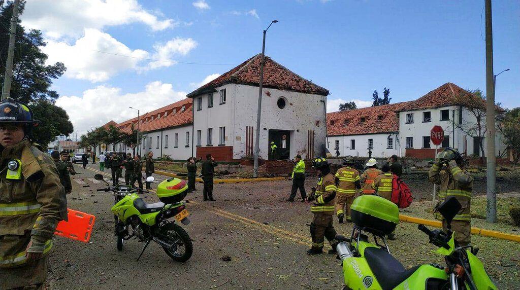 En esta imagen provista por efectivos militares, personal de emergencia responde a un atentado con bomba en una academia de policía, el jueves 17 de enero de 2019, en Bogotá, Colombia. Foto: AP.