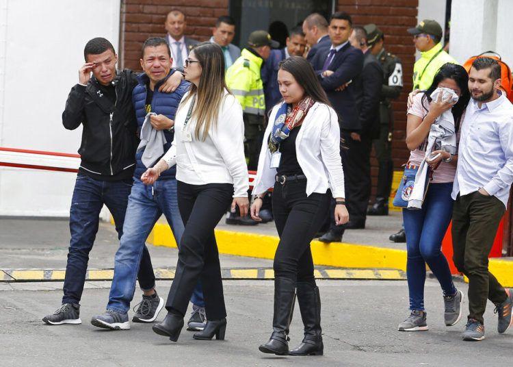 Familiares de las víctimas de un atentado con bomba lloran frente a la entrada de la academia de policía General Santander, donde tuvo lugar el ataque en Bogotá, Colombia, el jueves 17 de enero de 2019. Foto: John Wilson Vizcaíno / AP.