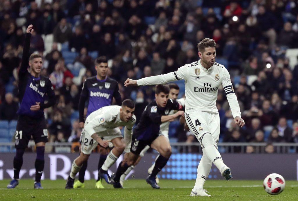 El defensa del Real Madrid, Sergio Ramos (4), convierte un penalti en gol durante el juego de ida de la Copa del Rey española contra Leganés en el estadio Santiago Bernabéu, en Madrid, España, el miércoles 9 de enero de 2019. (AP Foto/Manu Fernandez)