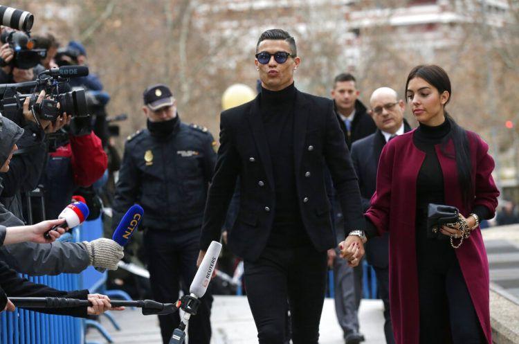El futbolista portugués Cristiano Ronaldo llega al tribunal en Madrid junto a su novia Georgina Rodríguez, el martes 22 de enero de 2019. Foto: Manu Fernández / AP.