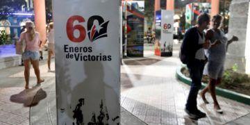 Santiago de Cuba preparándose para el acto nacional por el aniversario 60 de la Revolución. Foto: Ernesto Mastrascusa / EFE.