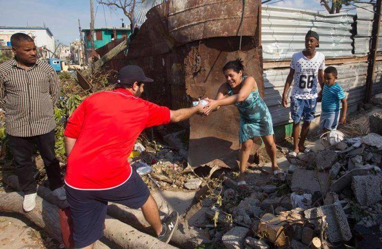 Artistas cubanos entregan donaciones a damnificados del tornado del domingo 27 de enero de 2019 en La Habana. Foto: Cortesía de Yander Zamora.
