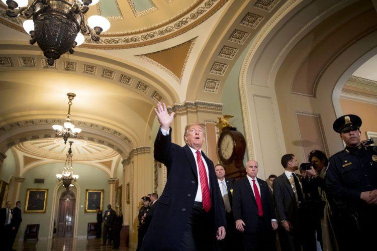 El presidente Donald Trump saluda a reporteros a su llegada al almuerzo del grupo republicano en el Senado, en el Capitolio, en Washington, el 9 de enero de 2019. Foto: Andrew Harnik / AP.