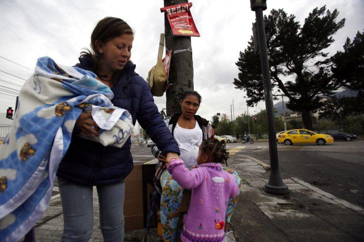 Migrantes venezolanos llegan a una esquina para pedir dinero en Quito, Ecuador. Foto: Dolores Ochoa/AP.