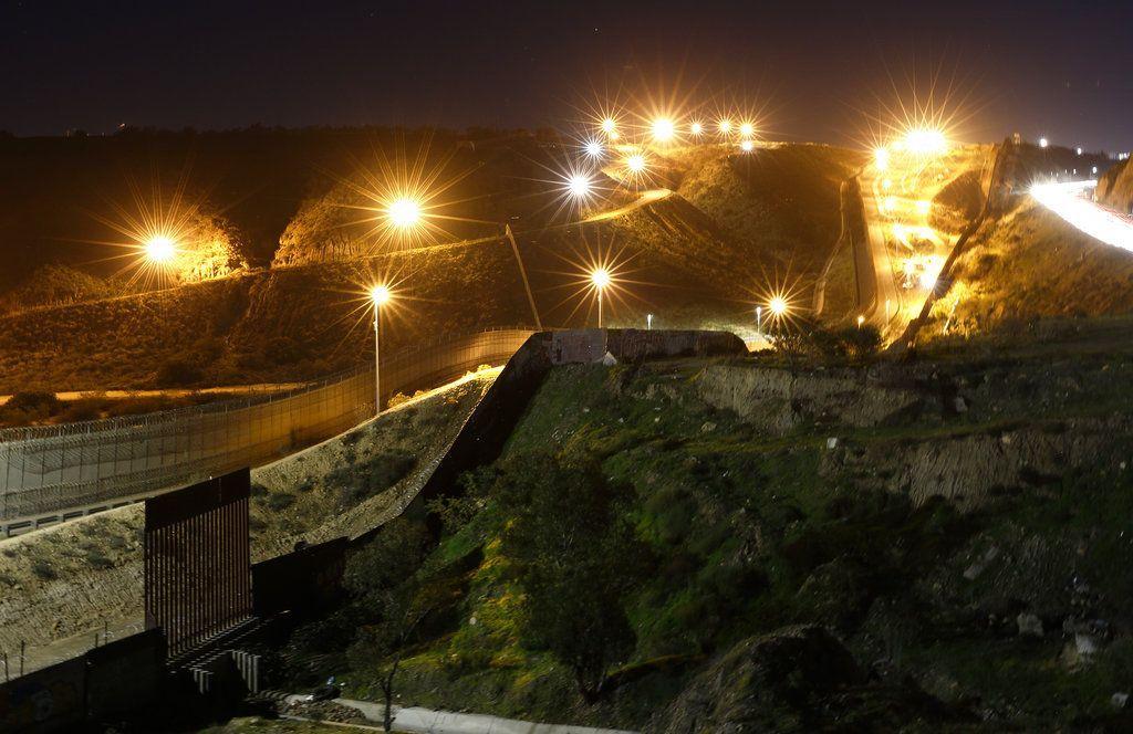 Luminarias instaladas en suelo de Estados Unidos iluminan varios puntos del muro fronterizo con Tijuana, México, el lunes 7 de enero de 2019. Foto: Gregory Bull / AP.