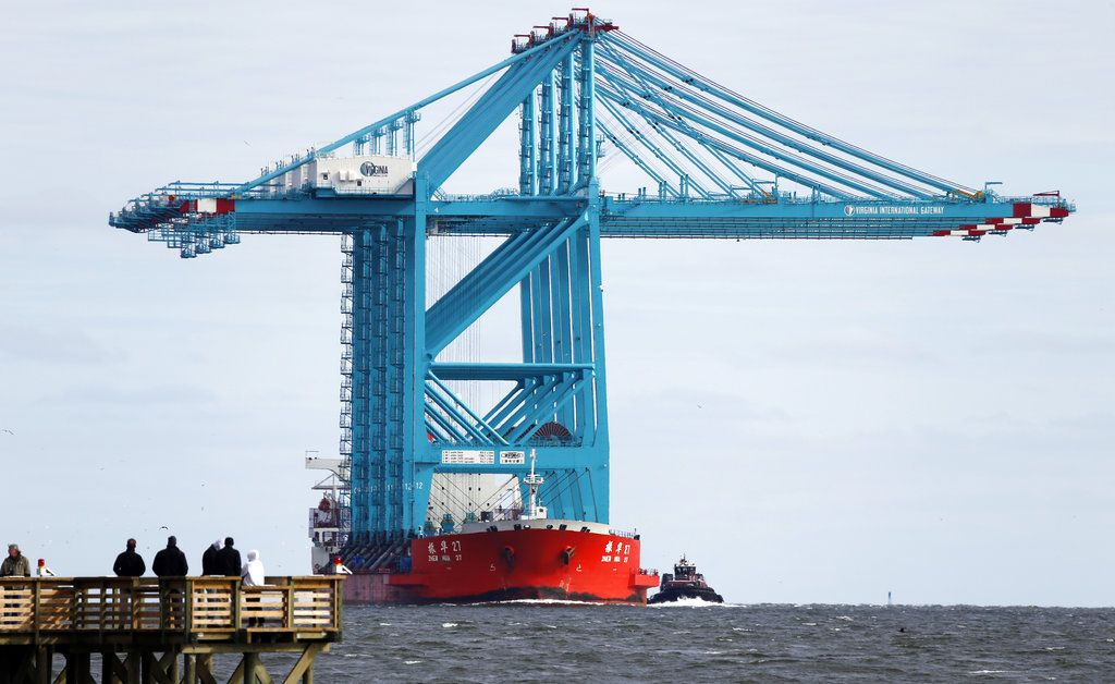 Espectadores se reúnen para observar a una embarcación china que traslada enormes grúas cerca de la entrada de Hampton Roads, en Hampton, Virginia, el lunes 7 de enero de 2019. (AP Foto/Steve Helber)