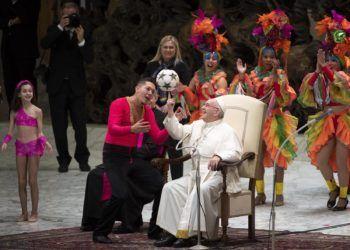 El Papa Francisco comparte con miembros del Circo Nacional de Cuba durante la audiencia general de los miércoles en la Sala Pablo VI en el Vaticano hoy, 2 de enero de 2019. Foto: Maurizio Brambatti / EFE.