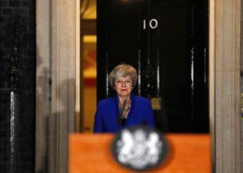 La primera ministra de Gran Bretaña, Theresa May, sale de su vivienda oficial, en el 10 de Downing, en Londres, el 16 de enero de 2019. Foto: Frank Augstein / AP.