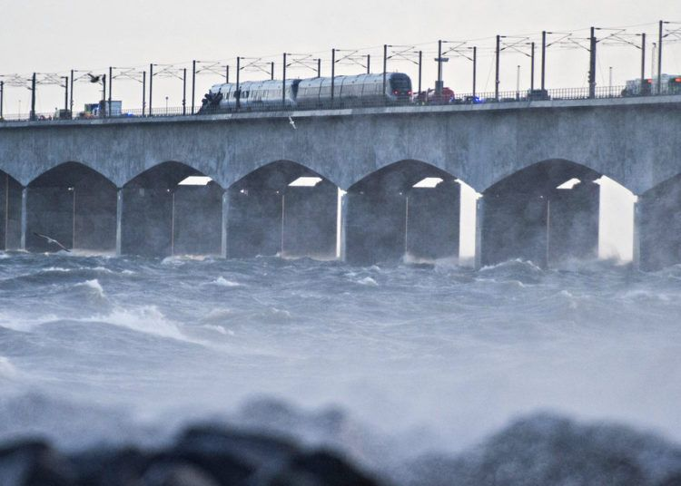 Un tren permanece estacionado sobre el puente Storebaelt, cerca de Nyborg, Dinamarca, el 2 de enero de 2019 tras un accidente de tren. Foto: Michael Bager / Ritzau Scanpix vía AP.