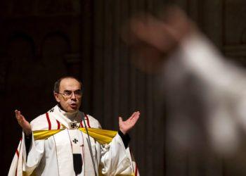 El cardenal Philippe Barbarin, arzobispo de Lyon, oficia una misa para migrantes en la catedral de Saint-Jean de Lyon, en el centro de Francia, en 2016. Foto: Laurent Cipriani / AP / Archivo.