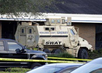 Un vehículo de la unidad SWAT del Departamento de Policía del condado de Highlands frente al banco SunTrust, el miércoles 23 de enero de 2019, en Sebring, Florida. Foto: AP /Chris O'Meara.