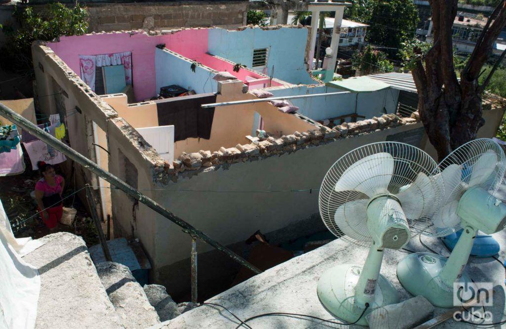 Vista de la casa de Danaisy Alfonso, en Guanabacoa, La Habana, seriamente dañada por el tornado del pasado 27 de enero de 2019. En el patio, una de sus vecinas. Foto: Otmaro Rodríguez.