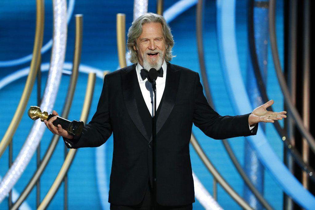 Jeff Bridges recibe el Premio Cecil B. DeMille a la trayectoria durante la ceremonia de los Globos de Oro, el domingo 6 de enero del 2019 en Beverly Hills, California. Foto: Paul Drinkwater / NBC vía AP.