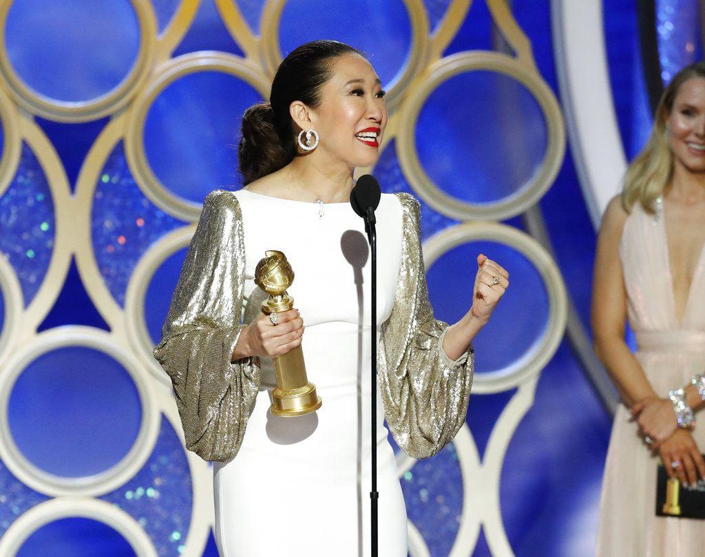 """Sandra Oh recibe el Globo de Oro a la mejor actriz en una serie de drama por su trabajo en """"Killing Eve"""" el domingo 6 de enero del 2019 en Beverly Hills, California. Foto: Paul Drinkwater / NBC vía AP."""