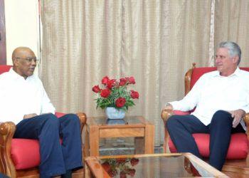 Los presidentes de Cuba y Guyana, Miguel Díaz-Canel (izq) y David Granger (der), durante un encuentro en La Habana. Foto: @PresidenciaCuba / Twitter.