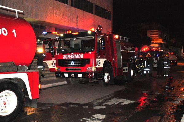 Carros de bomberos en el Hospital Miguel Henriquez, de La Habana, tras reportarse un incendio la noche del 10 de enero de 2019. Foto: ACN.