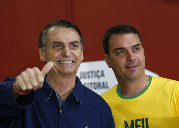 En esta foto del 7 de octubre del 2018, el entonces candidato presidencial Jair Bolsonaro, izquierda, acompañado por su hijo Flavio para votar en las elecciones generales en Río de Janeiro. Foto: Silvia Izquierdo / AP.
