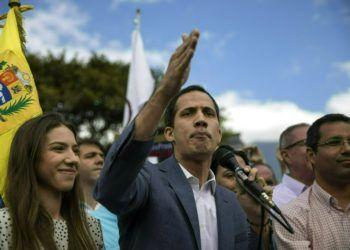 El autoproclamado presidente interino de Venezuela, Juan Guaidó, acompañado por su esposa Fabiana Rosales, habla en un acto en Caracas, 26 de enero de 2019. Foto: Rodrigo Abd / AP.