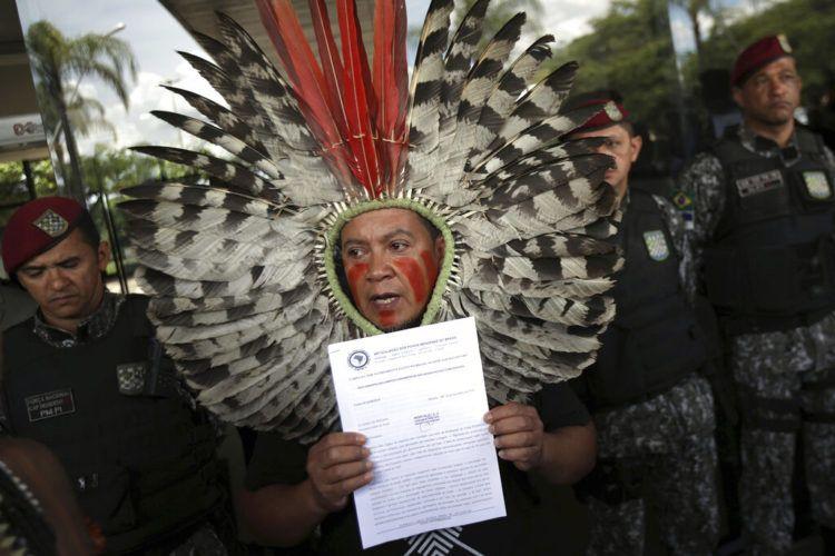 En esta foto del 6 de diciembre de 2018, el Jefe Kreta de Kaigang protesta en la entrada de la sede de transición del entonces presidente electo Jair Bolsonaro en Brasilia, Brasil. Foto: Eraldo Peres / AP / Archivo.