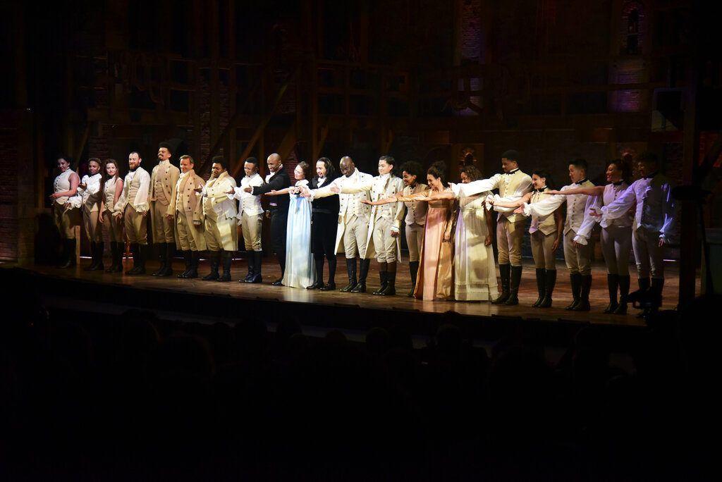"""El elenco del premiado musical de Broadway """"Hamilton"""", incluyendo a Lin-Manuel Miranda, compositor y autor, recibe una ovación de pie tras la primera presentación de la obra en el Centro de Bellas Artes de Santurce, en San Juan, Puerto Rico, el viernes 11 de enero de 2019. Foto: Carlos Giusti / AP."""