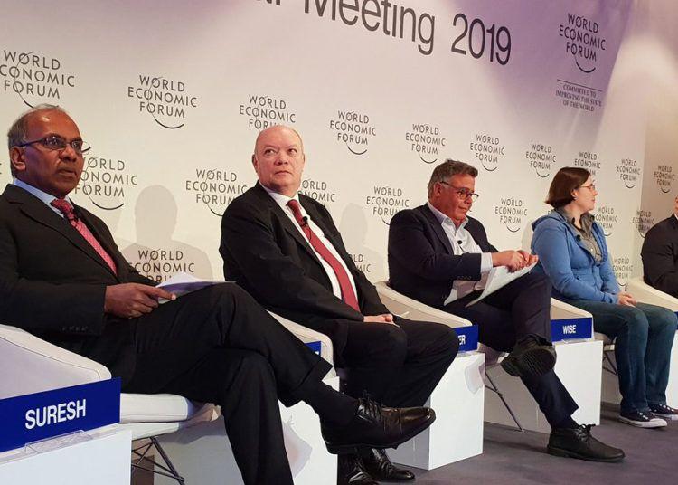 El ministro cubano de Comercio Exterior e Inversión Extranjera, Rodrigo Malmierca (2-i), en un panel durante el Foro Económico Mundial de Davos, Suiza. Foto: @OfiComCubaIta / Twitter.