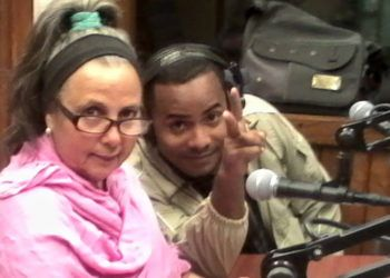 """La locutora Marcia Aristalia (izq) en la revista radial """"Temprano"""", de la emisora cubana Radio Taíno. Foto: Félix León Guzmán / Facebook."""