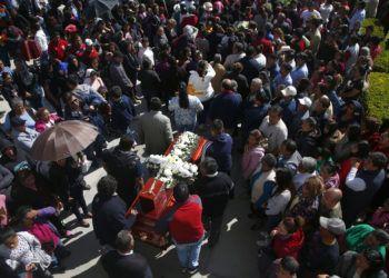Asistentes al funeral de una persona que murió cuando explotó un oleoducto en el pueblo de Tlahuelilpan, México, el domingo 20 de enero de 2019. Foto: Claudio Cruz / AP.