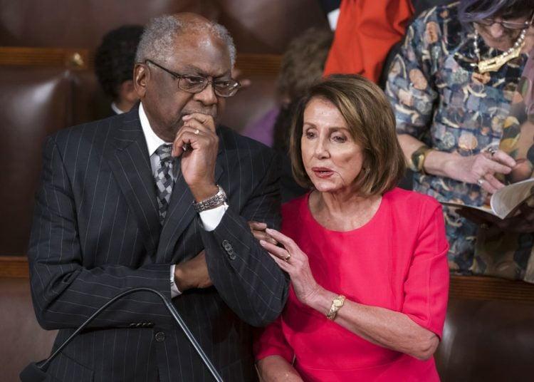 La presidenta de la Cámara de Representantes, la demócrata Nancy Pelosi, con el legislador demócrata James Clyburn en el Congreso en Washington el 3 de enero del 2019. Foto: J. Scott Applewhite / AP.
