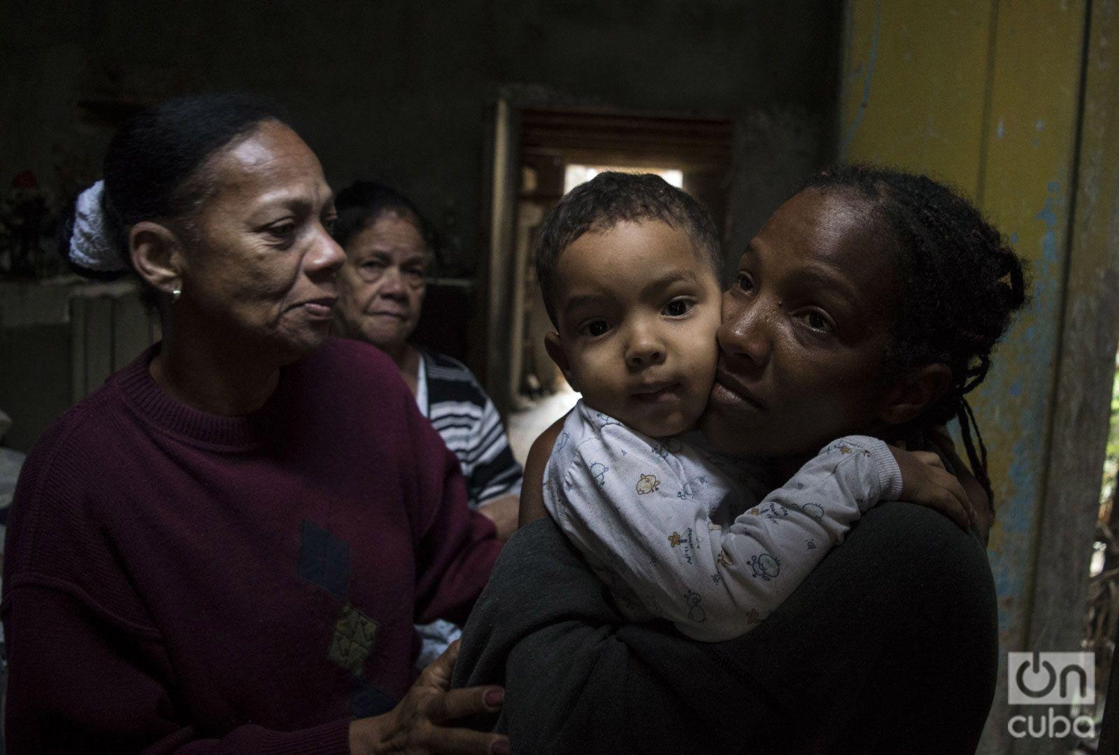 Milagros García con su hijo Dylan, su tía y su abuela, la mañana del 28 de enero de 2019, horas después del tornado que azotó La Habana y destruyó parcialmente su casa en la barriada de Luyanó. Foto: Otmaro Rodríguez.