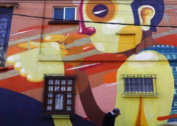 Un mural en la calle de Tepeji, donde vivió el director Alfonso Cuarón en la década de 1970 en la colonia Roma Sur. (Foto AP/Rebecca Blackwell)