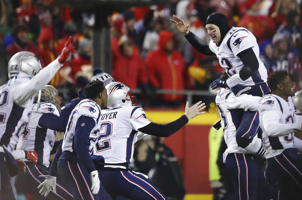 El quarterback Tom Brady, derecha, festeja con sus compañeros de los Patriots de Nueva Inglaterra tras vencer a los Chiefs de Kansas City en el partido por el campeonato de la Conferencia Americana de la NFL, el domingo 20 de enero de 2019, en Kansas City, Missouri. (AP Foto/Charlie Neibergall)