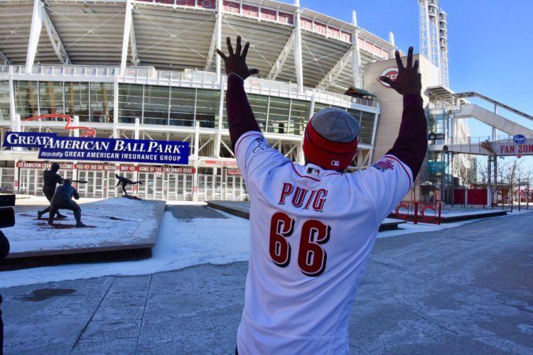 Yasiel Puig llevó su calurosa imagen a los fríos dominios de Cincinnati. Foto: Twitter de los Rojos de Cincinnati