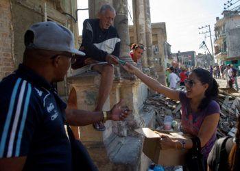 La cantante cubana Haydee Milanés entrega comida y otros árticulos necesarios a varios damnificado tras el paso del tornado, el miércoles 30 de enero de 2019, en La Habana. Foto: Yander Zamora / EFE: