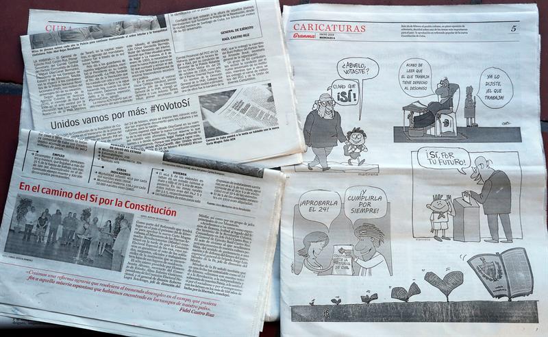 Varios periódicos publican diversas formas de propaganda política respecto a la votación por la nueva Constitución el próximo 24 de febrero. Foto: Ernesto Mastrascusa / EFE.