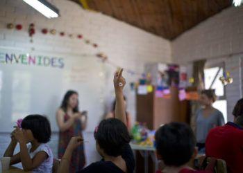 En esta imagen, tomada el 12 de diciembre de 2018, niños transgénero participan en una clase en la escuela Amaranta Gómez, en Santiago, Chile. Foto: Esteban Félix / AP.