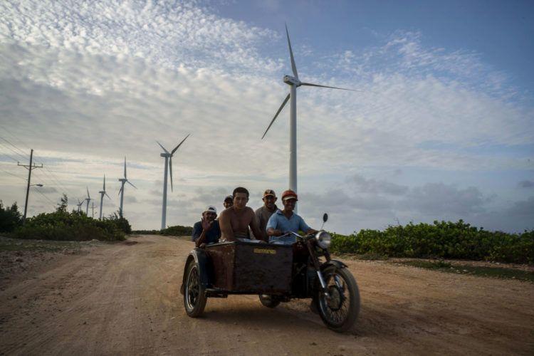 Parque eólico de Gibara, Holguín. Foto: Ramón Espinosa/AP.