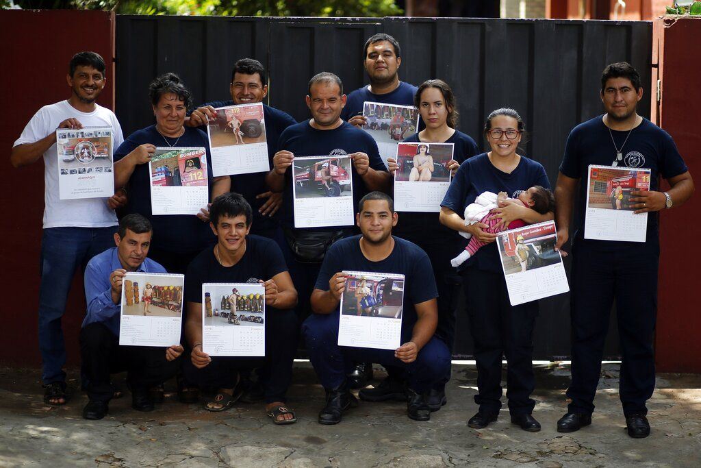 Bomberos de San Roque González posan para una foto de grupo antes de salir a la calle a vender calendarios en los que aparecen desnudos, en Asunción, Paraguay. Foto: Jorge Saenz / AP.