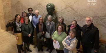 Miembros del Comité Cubano de Minnesota junto a un busto de Martí en el Concejo Municipal. Foto; Sixela Ametller.