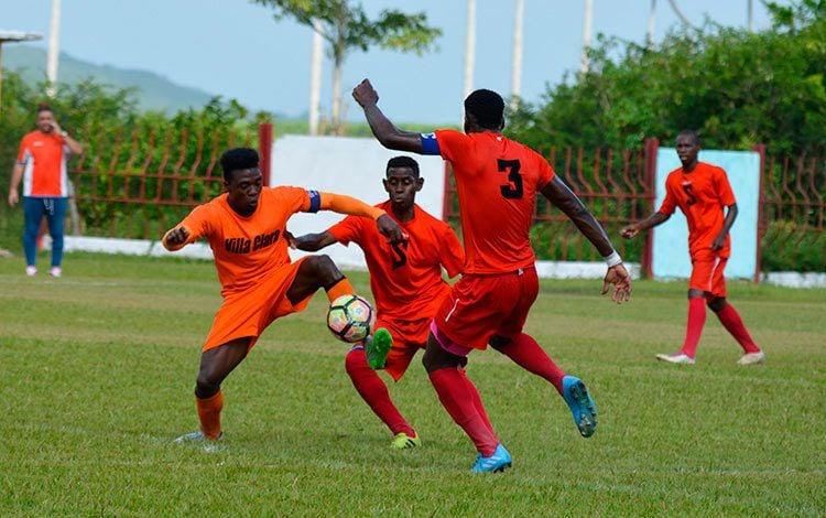 Partido de la Liga Nacional de fútbol de Cuba entre los equipos de Villa Clara (de naranja) y Santiago de Cuba (de rojo). Foto: Ernesto Alejandro Álvarez / Vanguardia / Archivo.