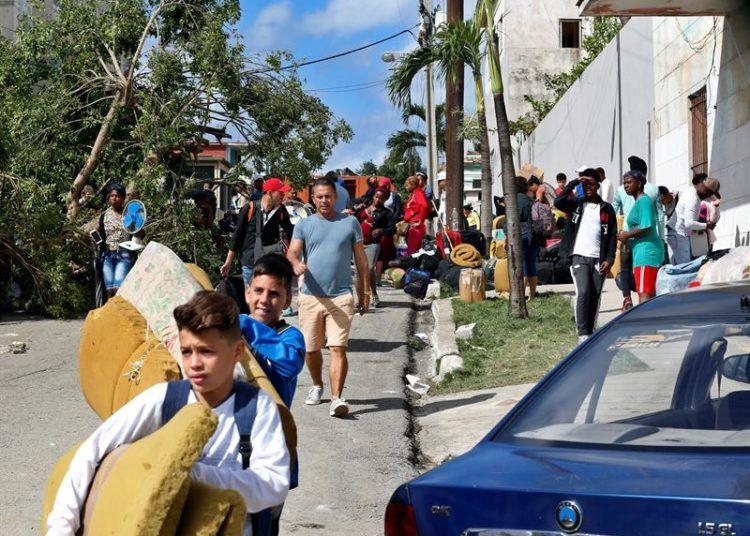 Damnificados por el intenso tornado del 27 de enero de 2019 en La Habana. Foto: EFE.