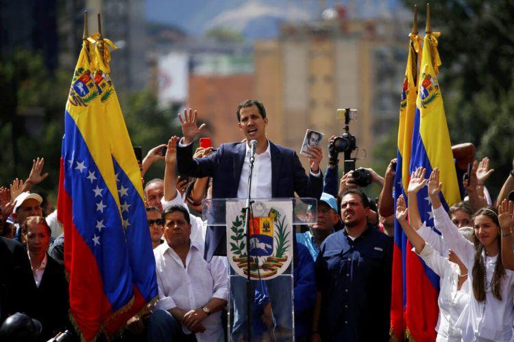 """Juan Guaidó, líder opositor y presidente de la Asamblea Nacional, se declara presidente """"encargado"""" de Venezuela durante un evento público demandando la renuncia del mandatario Nicolás Maduro en Caracas, Venezuela, el miércoles 23 de enero de 2019. (AP Foto/Fernando Llano)"""