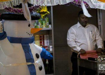 Los muñecos de nieve inflables animaron el fin de año en Santiago de Cuba. Foto: Frank Lahera Ocallaghan.