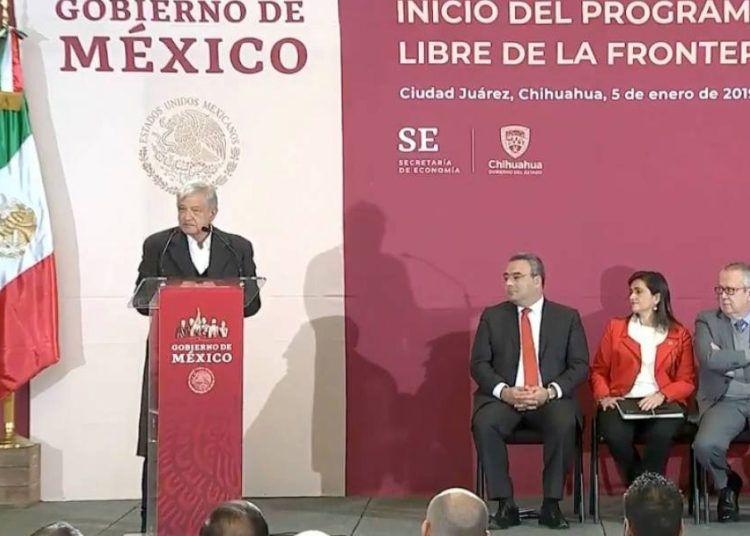 El presidente mexicano Andrés Manuel López Obrador (izq) presenta el plan para la Zona Libre en la Frontera Norte, el sábado 5 de enero de 2019. Foto: publimetro.com.mx